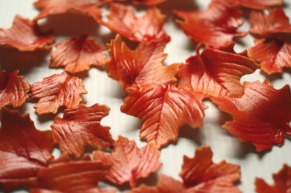 Свадьба - 12 Gumpaste Autumn Leaves for cake decorating, cupcakes, rustic weddings, and DIY wedding cakes