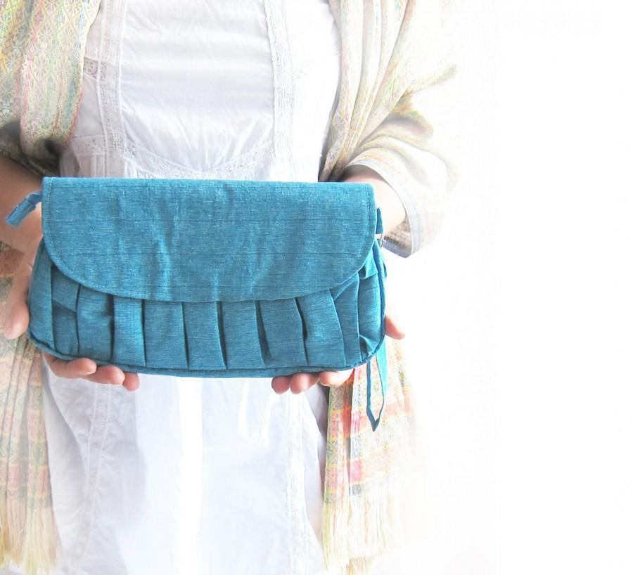Свадьба - Silk wedding purse, White flower brooch Bridesmaids gifts  w /hidden wrist strap in Sea Blue  Silk natural SALE