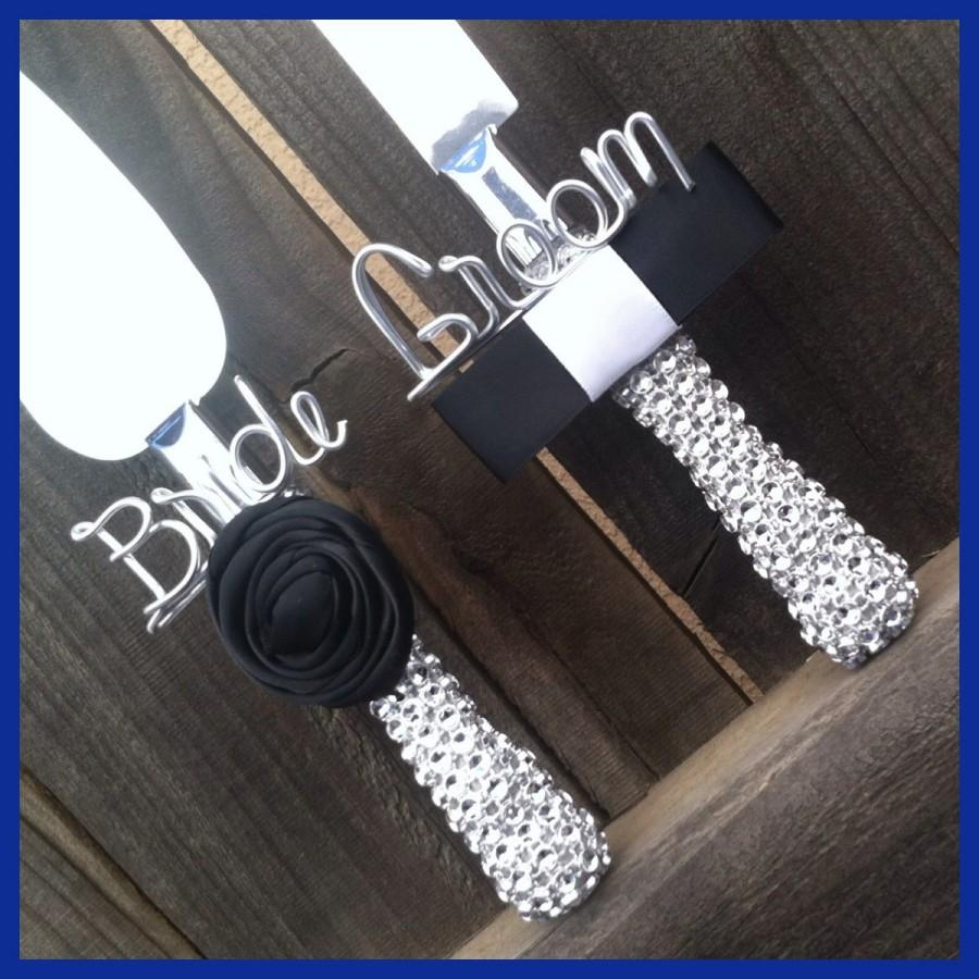 Mariage - Bling Wedding Cake Server and Knife. One says Bride and One says Groom. Customize Flower and Tie. Rhinestone.