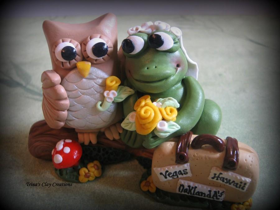 Свадьба - Wedding Cake Topper, Owl and Frog, Custom, Personalized Polymer Clay Wedding/Anniversary Keepsake