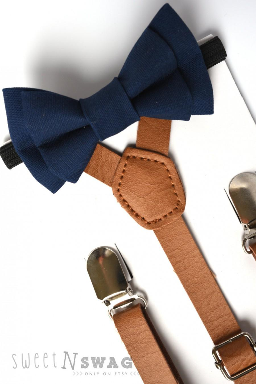 Mariage - SUSPENDER & BOWTIE SET.  Newborn - Adult sizes. Light brown pu leather suspenders. Navy Bow tie.