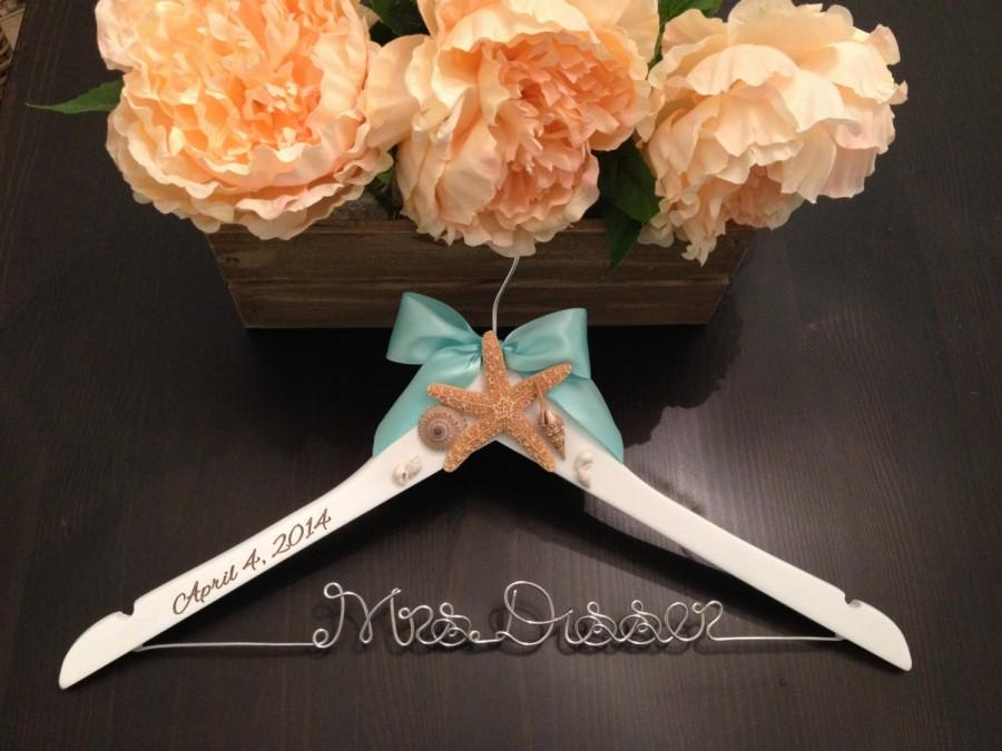 Mariage - Beach Wedding Hanger / Bridal Hanger / Starfish Hanger / Beach Wedding / Seashell Hanger / Rustic Beach Wedding / Personalized Hanger