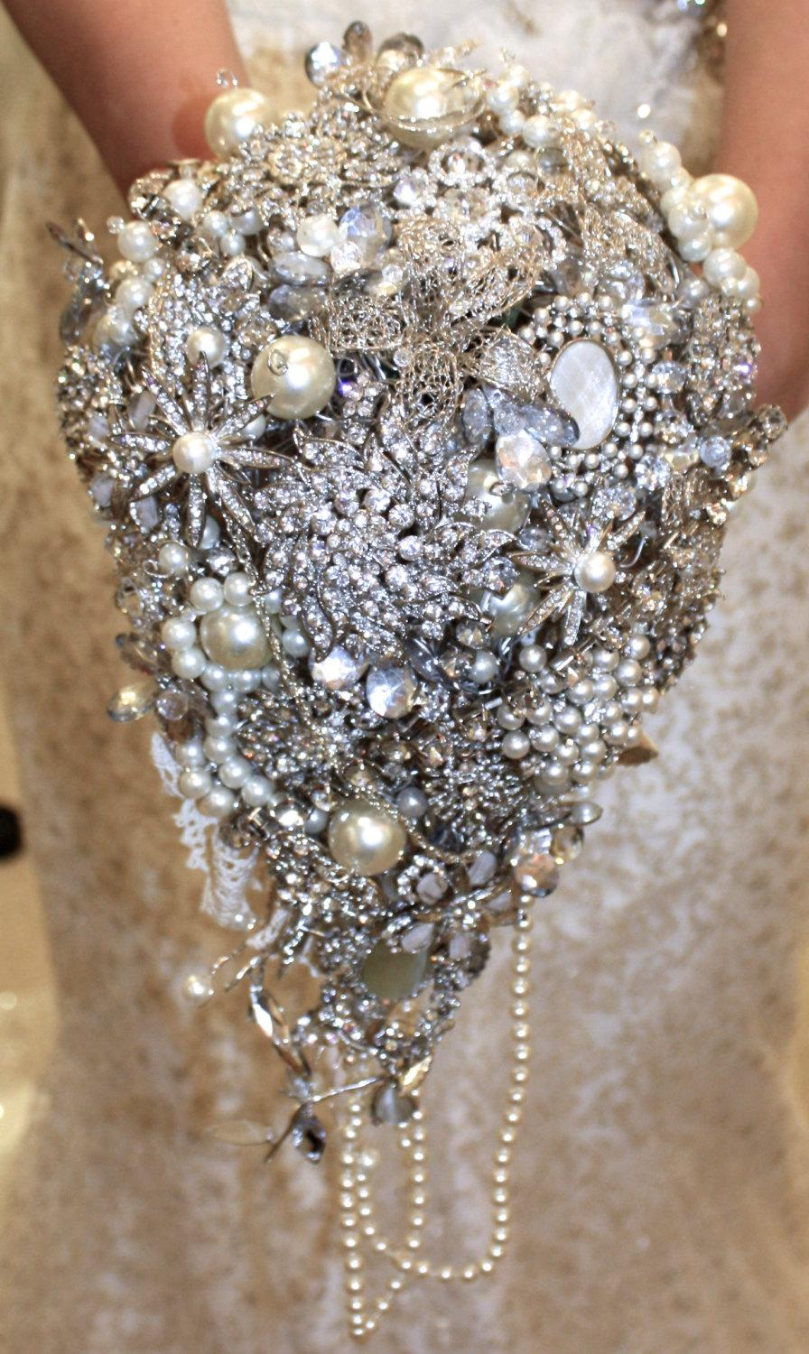 Mariage - Large handmade bespoke trailing diamante bridal brooch bouquet
