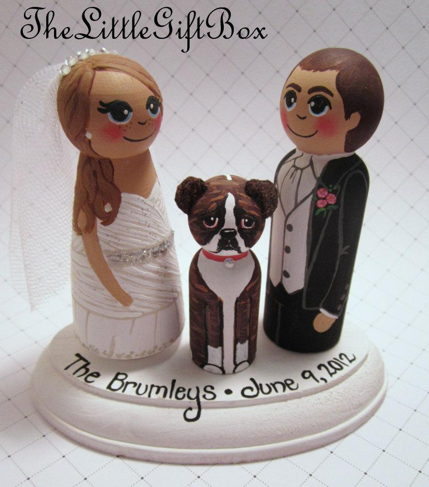 Свадьба - Wedding Cake Topper / Custom Painted Wood Peg Dolls/ Personalized Plaque / Couple Plus 1 small peg (perfect for children or pets) and Plaque