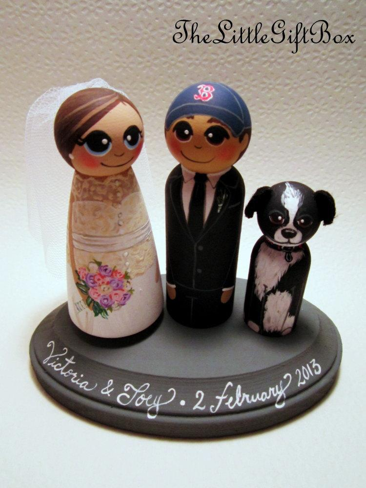 Свадьба - Wedding Cake Topper / Custom Painted Wood Peg Dolls / Couple Plus 1 small peg (perfect for children or pets) and Plaque / sports logo