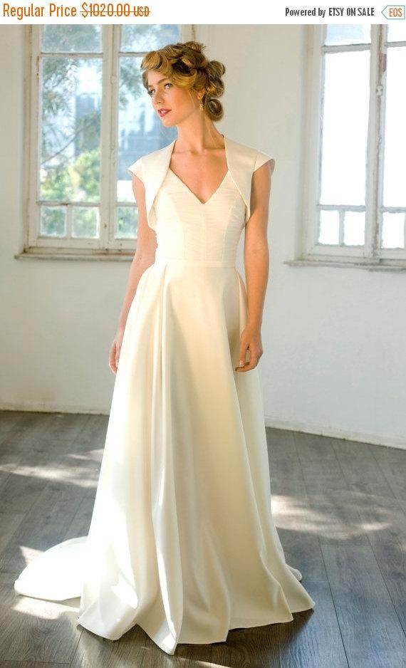 Mariage - Cyber Monday Sale Custom made Chapel Train flattering wedding dress, New Ivory/White Wedding dress Bridal Gown custom size 4-6-8-10-12-14