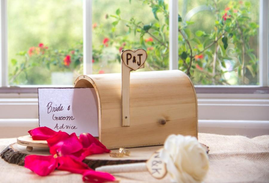 Mariage - Personalized Wedding Rustic distressed wood Mail Box with engraved bride and groom initials. Advise for Groom and Bride