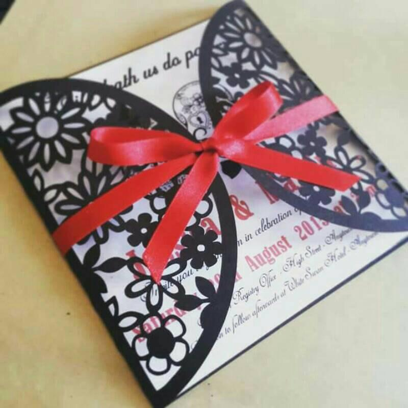 Mariage - Day of the Dead / Sugar Skull / Gothic / Unusual /Wedding Invitation. Handmade Wedding Stationery with laser cut floral detail.