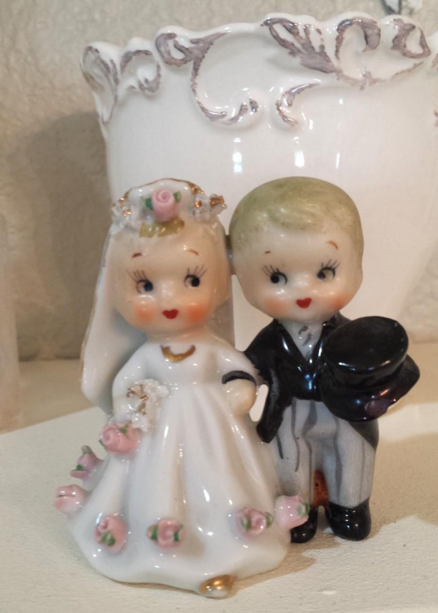Mariage - Cute Vintage Wedding couple Bride & Groom Cake Topper