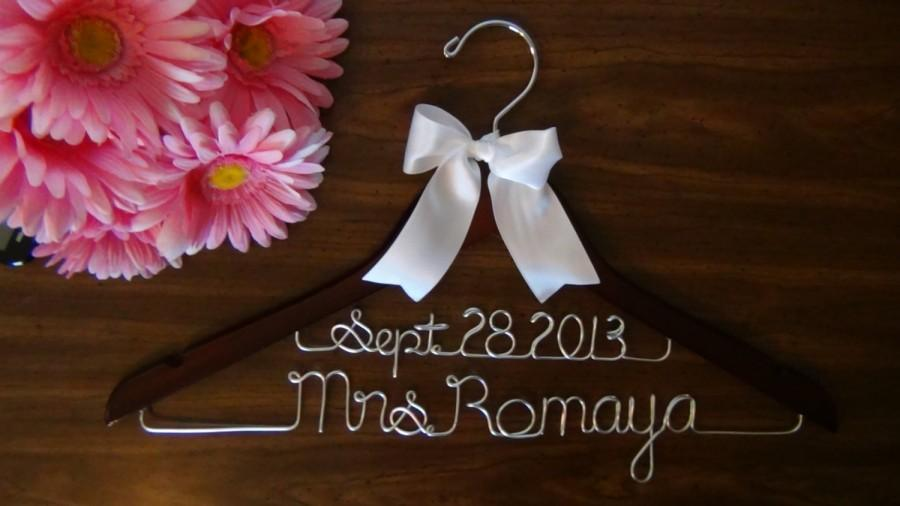 Mariage - 2 LINE BRIDAL HANGER with Date, Personalized Keepsake Hanger, Flower Girl Gift idea,Wedding Hangers with Names, Wedding Photo Props