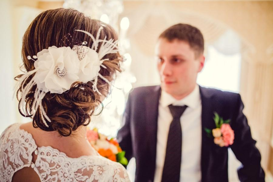 Mariage - Wedding accessory for brides, bridal barrette, veil, chiffon ivory flowers with plumage and net, mids with rhinestones and crystal beads