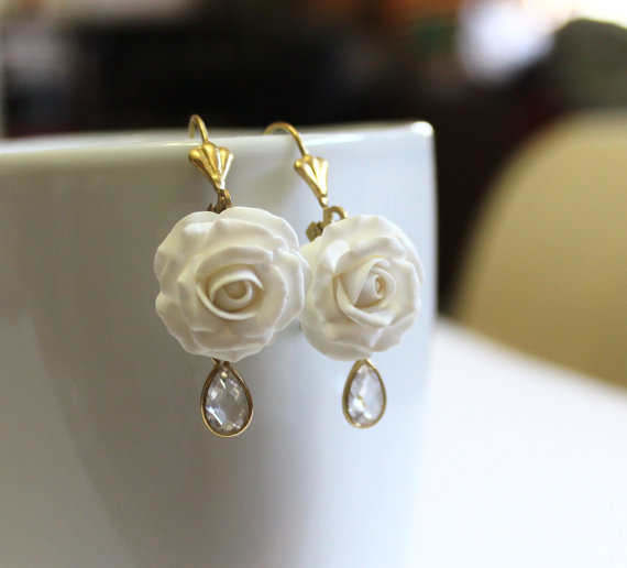 زفاف - White rose Drop Earrings, White flower drop earrings, White jewelry, White rose Wedding Earrings, White Bridesmaid Jewelry, Bridal Flowers