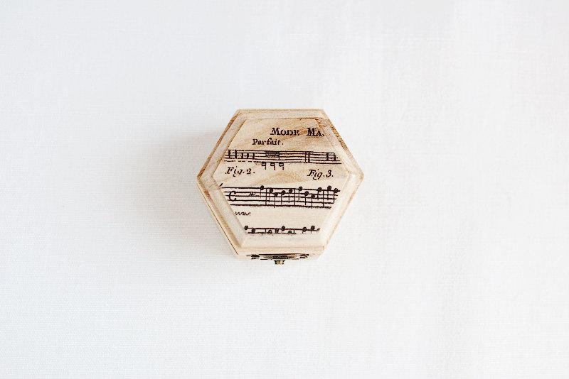 "Свадьба - Small hexahedral rustic style wedding box with a music sheet ""Light Harmony"" - Natural wood, ring bearer, rustic, vintage, ecofriendly"