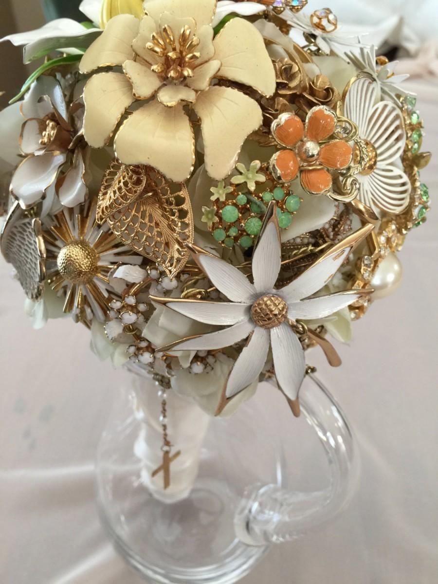 Mariage - Bouquet de Mariee Broche Vintage Bridal Brooch Bouquet in White, Cream, Peach
