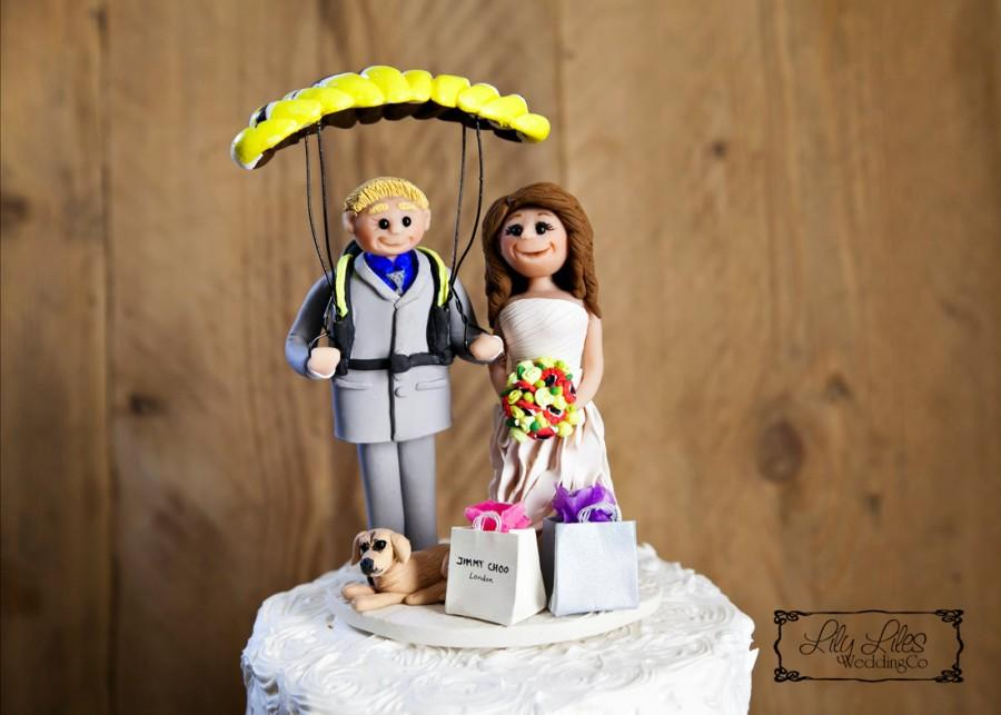 Mariage - Portrait Wedding Cake Topper custom sports,bride,groom,paraglider,bride,groom,pet,clay characters,polymer clay figure,personalized