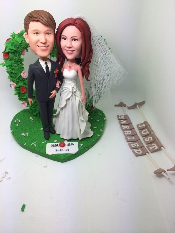 Hochzeit - Rustic Unique Personalized Wedding Cake Topper Bobble Head Clay Figurines Based on Customers' Photos Bride Groom Wedding Gifts Decoration