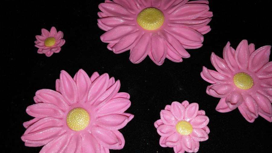 Hochzeit - 36 Edible gum paste/fondant daisy flowers