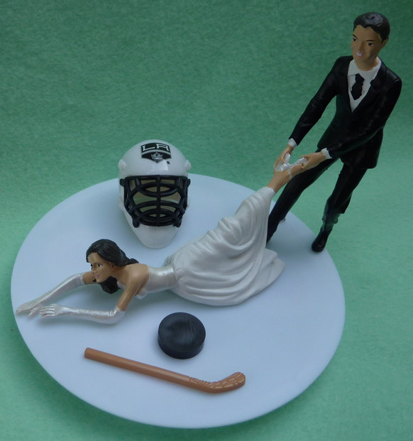 Mariage - Wedding Cake Topper Los Angeles Kings LA G Hockey Themed w/ Bridal Garter Unique Bride Groom Sports Fans Funny Humorous Original Cute Top