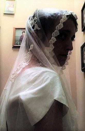 Mariage - Ivory  Lace Venise Lace Bridal Veil Grace Kelly Veil Hand Sewn  Appliqued Veil Chapel Veil Briidal Purse Shoe Clips