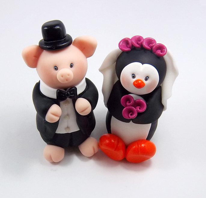 Mariage - Wedding Cake Topper, Pig Figurine, Polymer Clay Penguin, Personalized Bride and Groom