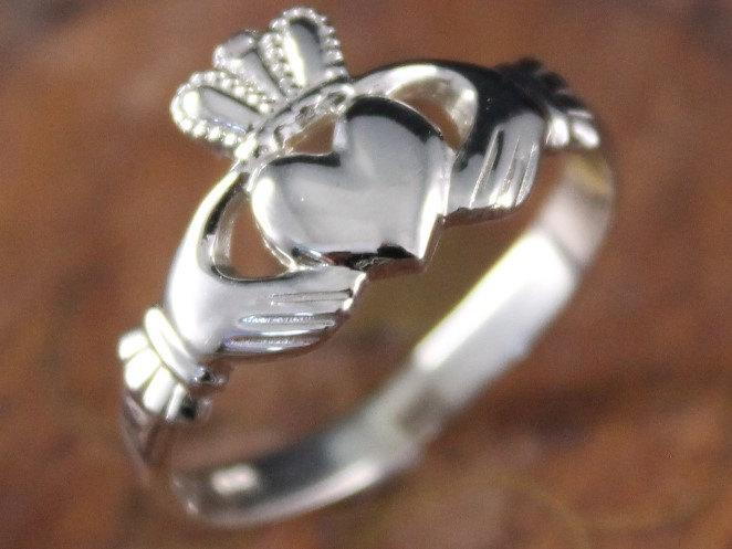 Hochzeit - Claddagh ring, ladies claddagh ring handmade in Dublin, Ireland. Available in 10K white or yellow gold, or sterling silver.