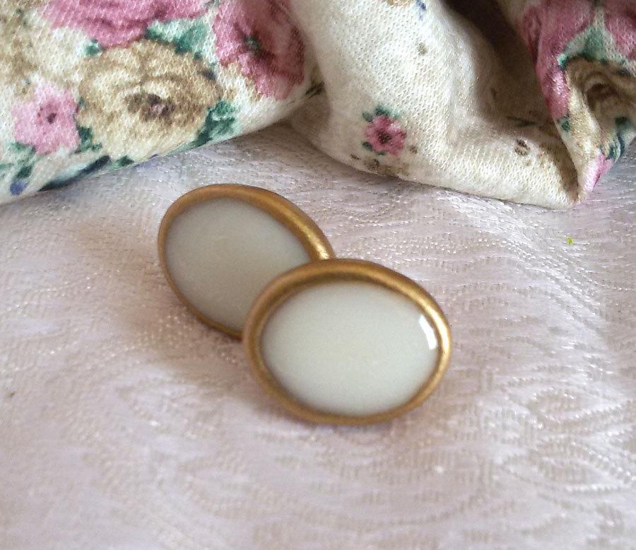 زفاف - Small post earrings. clay earrings. white studs. white earrings. everyday earrings. simple earrings. porcelain earrings. post earrings