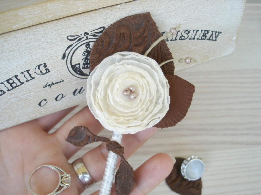 Mariage - Sale Ivory Wedding Boutonniere Rustic  Grooms  Buttonhole -  Brown Leather  Boutonnieres Groomsmen  Boutineers Country Wedding  Button Hole