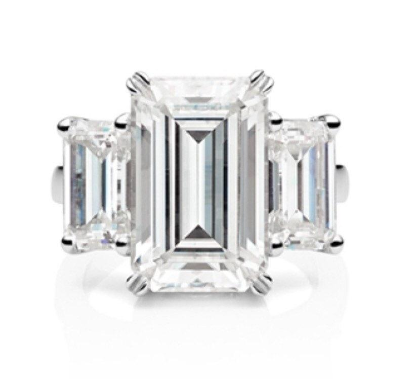 Mariage - Engagement Ring Emerald Cut Moissanite Three Stone Engagement Ring 18kt Gold 8x6mm Center 2.35tw Forever Brilliant Moissanite