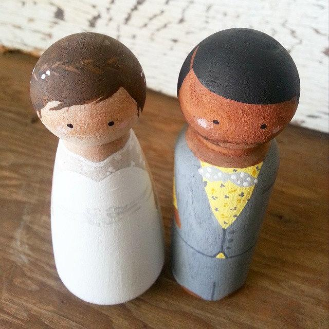 Mariage - Personalized Wooden Peg Couple // Wedding Cake Topper // Cake Topper // Wedding Decor // Wedding Day //  Bride and Groom //  Hand Painted //