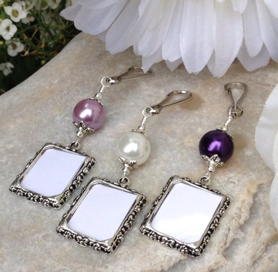 Свадьба - Bridal bouquet photo charm. Wedding memorial photo charm with purple or white pearl.