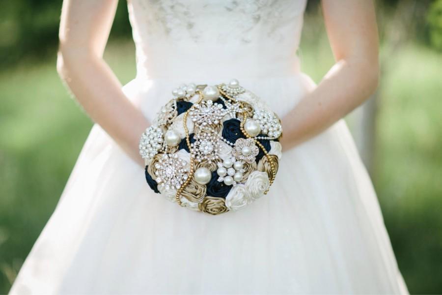 زفاف - Brooch bouquet. Navy and gold satin ribbon rose brooch bouquet. Fabric brooch bouquet. Ribbon rose bouquet. Bridal bouquet. Satin bouquet