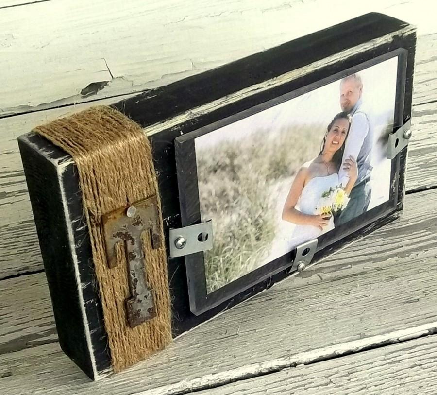Hochzeit - Rustic Wood Picture Frame, Wood Block Photo Display, Custom metal letter, Wedding Centerpiece, 4x6 frame, Decor Custom Color, Rusty Letter