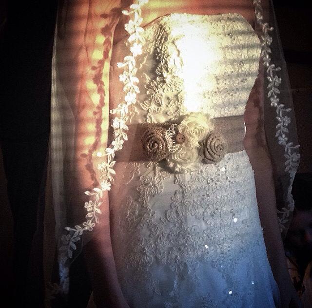 Mariage - Rustic Burlap Bridal Sash-Bridal Sash-Rustic Bridal Sash-Shabby Chic Sash-Flower Girl Sash-Country Wedding-Burlap Roses-Bridal Belt