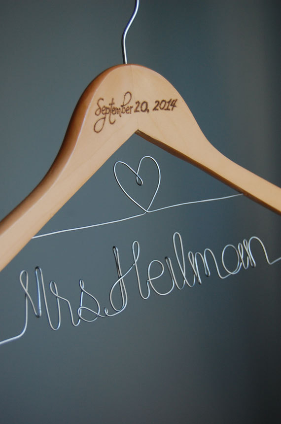 Mariage - Gift for her, Wedding Hanger, Bridesmaid Hanger, Maid of Honor Hanger, Wedding Gift, Personalized Wooden Hanger, Mrs Hanger, Bridal shower