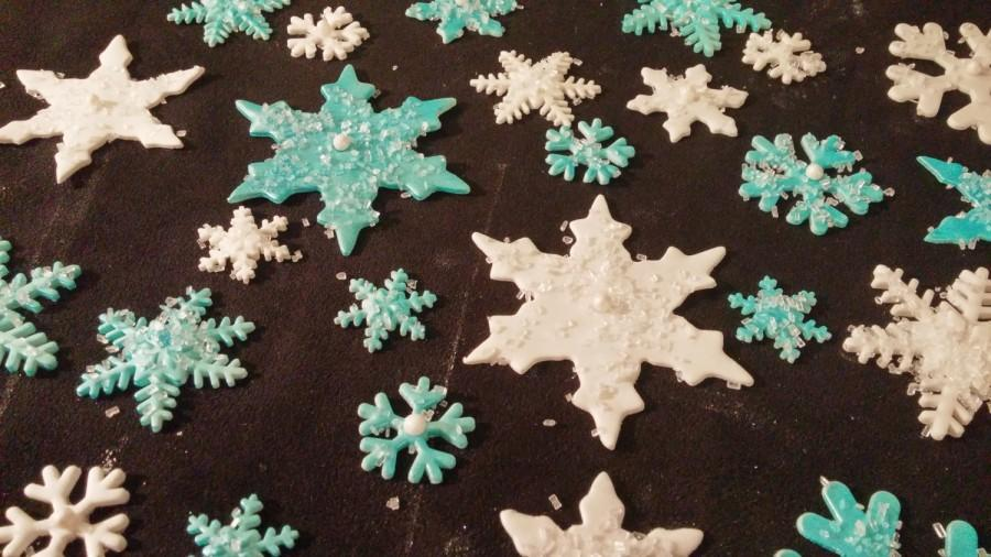 Mariage - 36 Edible VARIETY SPARKLY SNOWFLAKES sugar, gum paste/fondanT...various layers cake or cupcake toppers
