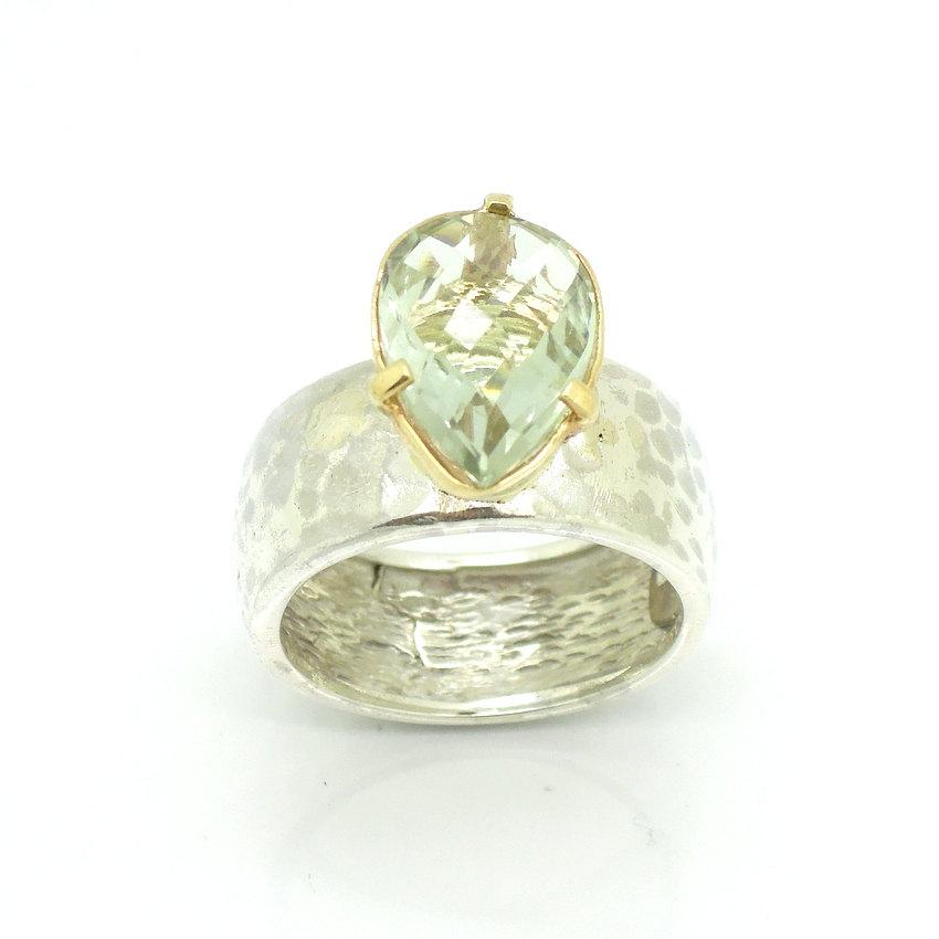 Mariage - Drop shape green amethyst ring set in gold with hammered silver