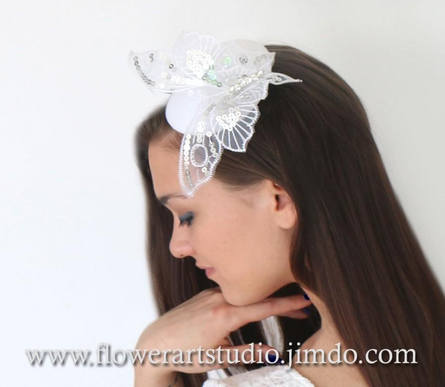 Hochzeit - Bridal Headpiece, Wedding Fascinator, White Butterfly headpiece, White Small Hat, Bridal top hat, Retro wedding, Classic White Wedding.