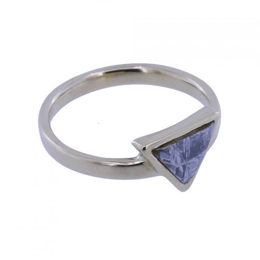 زفاف - Platinum Ring with a Bezel Set Gibeon Meteorite of triangular shape