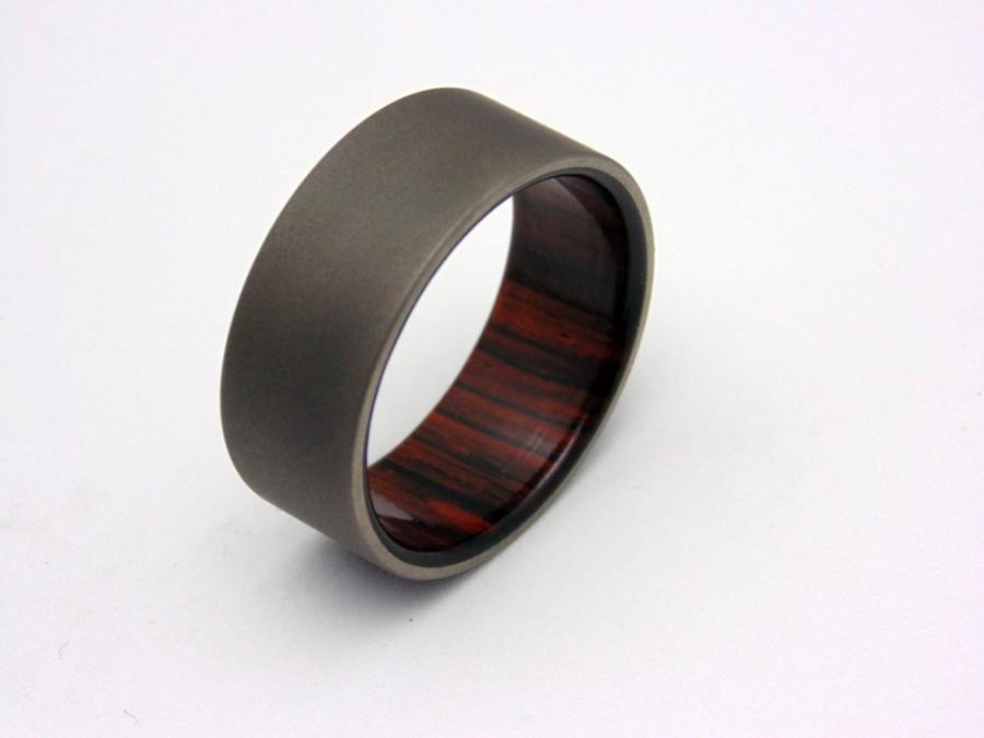 Mariage - Sandblasted Titanium and wood ring Cocobolo wood wedding band
