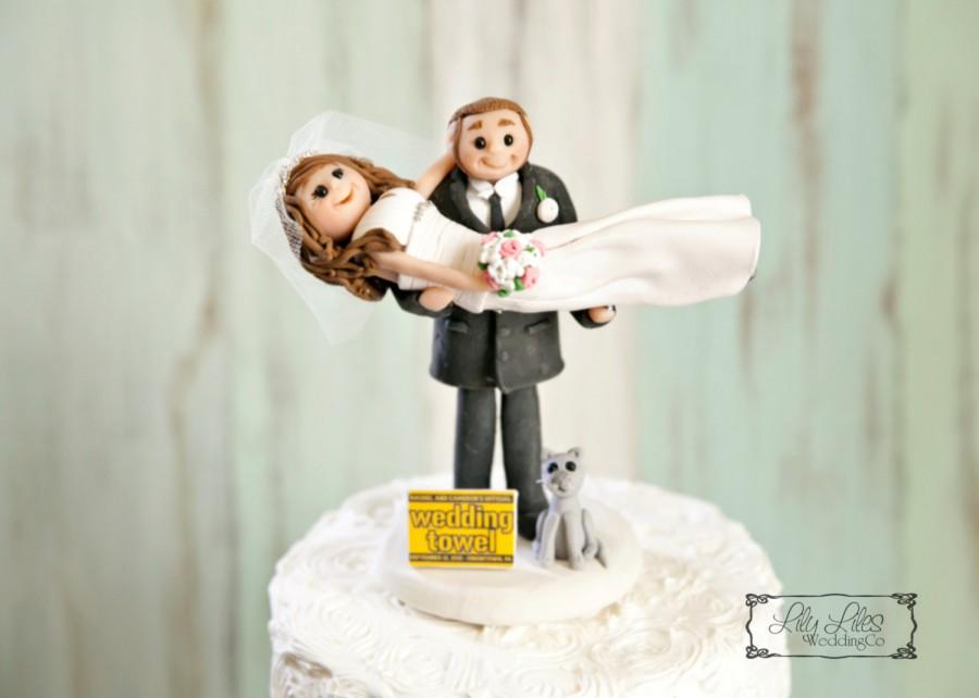 Mariage - Portrait Wedding Cake Topper custom,pet,cat bride,groom, wedding towel, gown clay characters,flower bouquet polymer clay figure,personalized