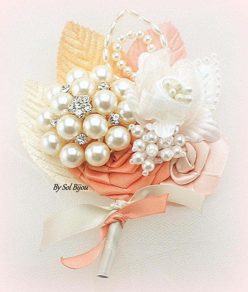 Mariage - Brooch Boutonniere, Peach Boutonniere, Coral, Ivory, Bout, Blush, Groom, Mother of the Bride, Father of the Bride, Pearls, Crystals, Elegant