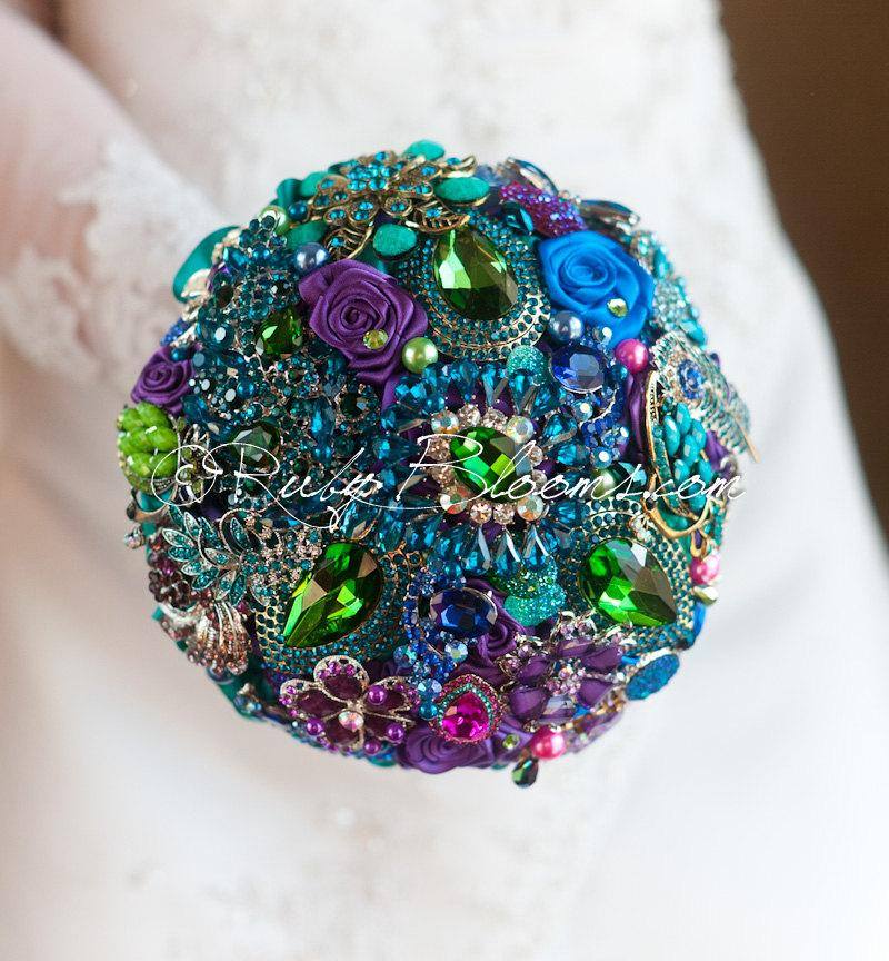 "Mariage - Gold and Green Peacock Wedding brooch bouquet.""Tales of Maharajah"" Blue, Magenta, Emerald wedding bouquet. Bridal broach bouquet,Ruby Blooms"