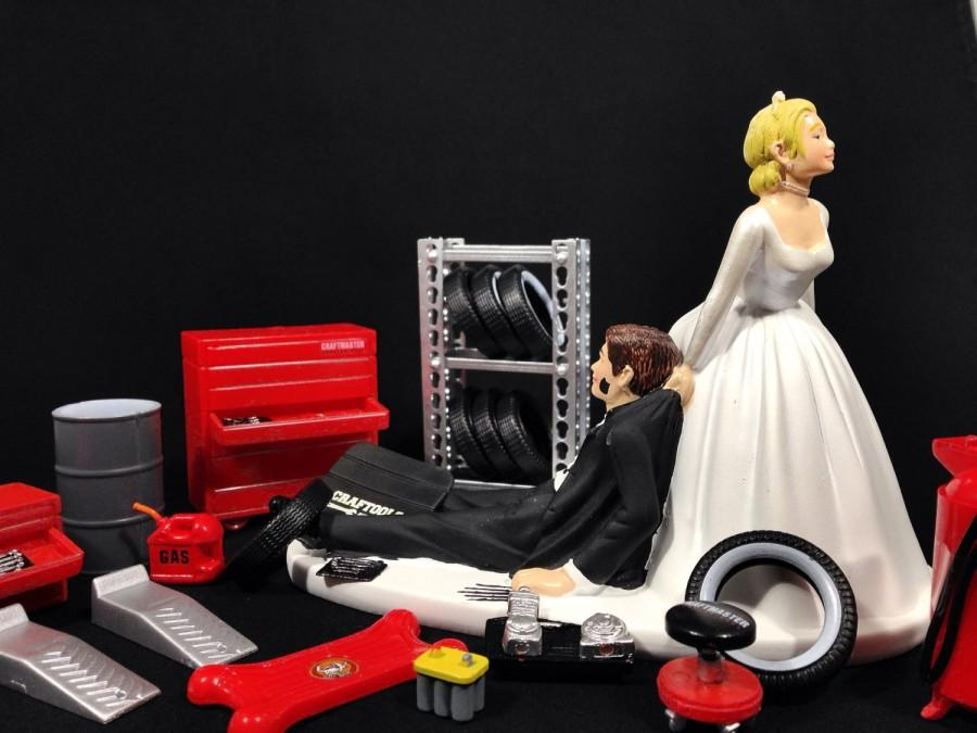 Свадьба - Funny Wedding Cake Topper for Mechanics - Perfect for Groom's Cake - Humorous Cake Topper Comes with Miniature Garage Accessories