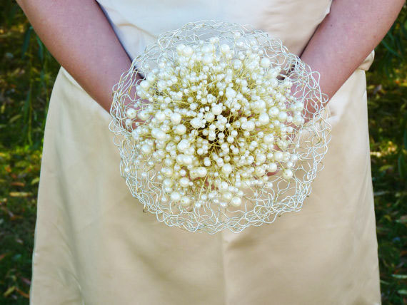 Mariage - Wedding Bridal Bouquet with pearls in ivory, wire frame and gold wire stems and ivory ribbon.