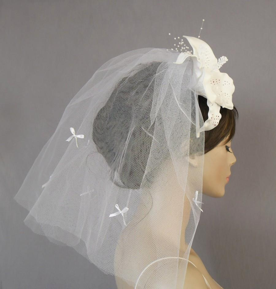 زفاف - Flyaway Veil with Lily Flower Bridal Hair Accessory White Tulle Alternative Boho Chic Beach Wedding Handmade. OOAK
