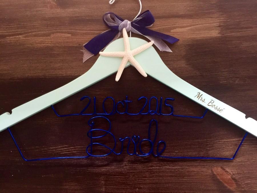 Mariage - SALE Engraved Beach Hanger, Bride Hanger, Name Hanger, Wedding Hanger, Personalized Bridal hanger, Bridal Gift, name hanger, starfish hanger