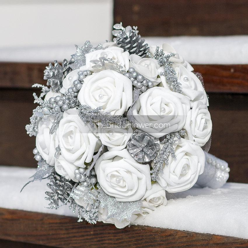 Mariage - Winter bouquet, winter wonderland white and silver bouquet with realistic looking roses, silver pinecones and silver accents and pearls