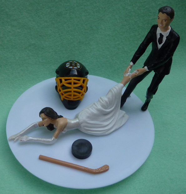 Свадьба - Wedding Cake Topper Boston Bruins G Hockey Themed w/ Bridal Garter Humorous Bride Groom Dragging Pulling Reception Centerpiece Gift Idea Fun