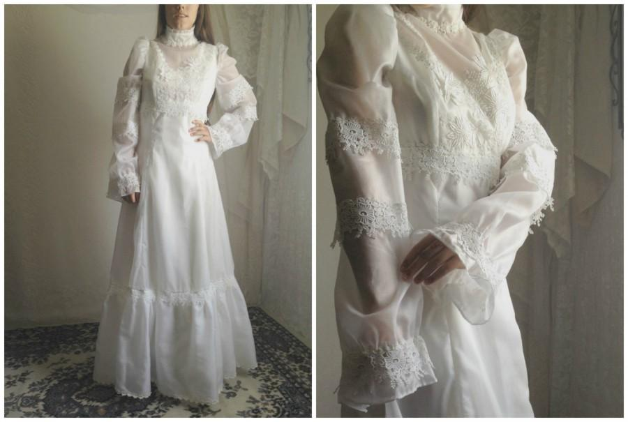 Mariage - 70s Vintage Wedding Dress // White Flower Floral Bridal Bride Gown Lace Ruffle Long Sleeve Mod Dress // Size: S
