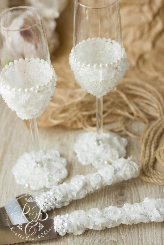 Свадьба - White rustic wedding ideas, barn wedding, toasting glasses & cake server and knife, country rustic wedding, lace and pearls, 4 pcs.